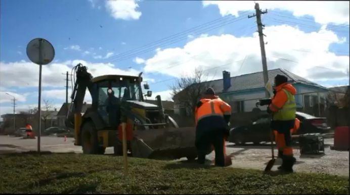 В Евпатории дорожники приступили к ямочному ремонту