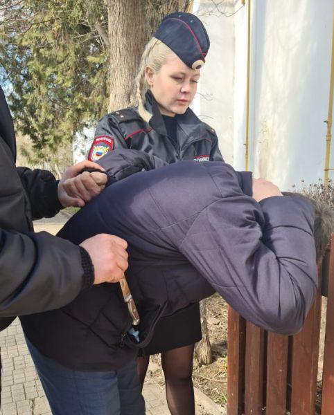 В Джанкое молодая сотрудница полиции по горячим следам задержала злоумышленника, подозреваемого в грабеже