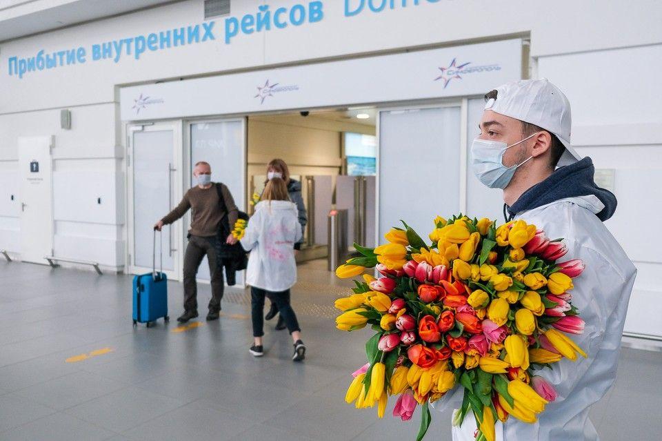 В аэропорту Симферополя женщин встречают цветами и поздравлениями