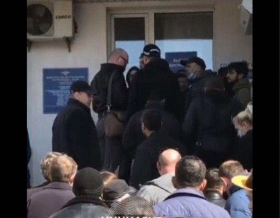 Давка, очереди, взятки: Что происходит под МРЭО в Симферополе