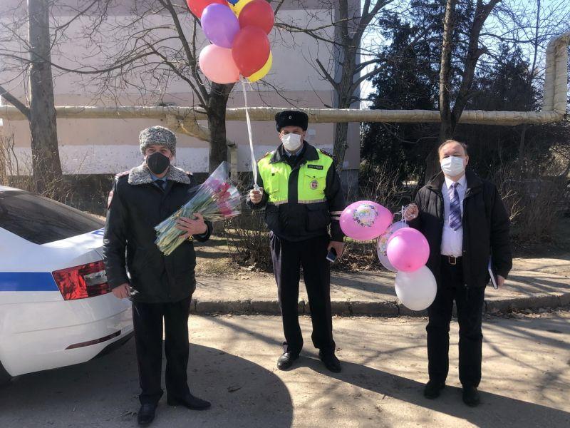 Начальник Симферопольской полиции совместно с Общественным советом поздравил девочек-кадетов с наступающим праздником 8 марта