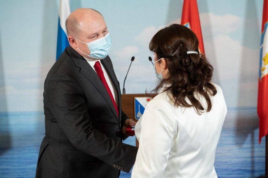 Михаил Развожаев вручил награды медицинским работникам за самоотверженный труд в период пандемии COVID-19