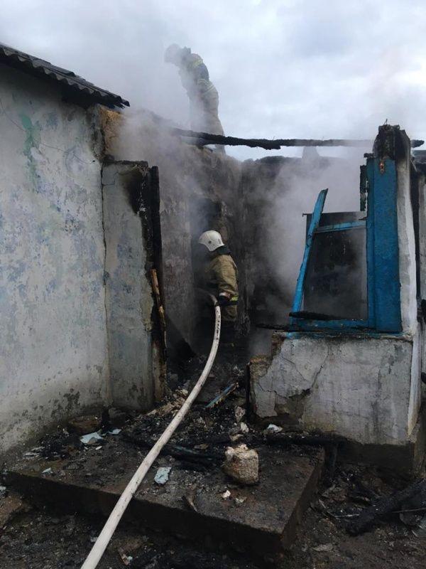 В Сакском районе из горящего жилого дома вытащили мужчину и женщину