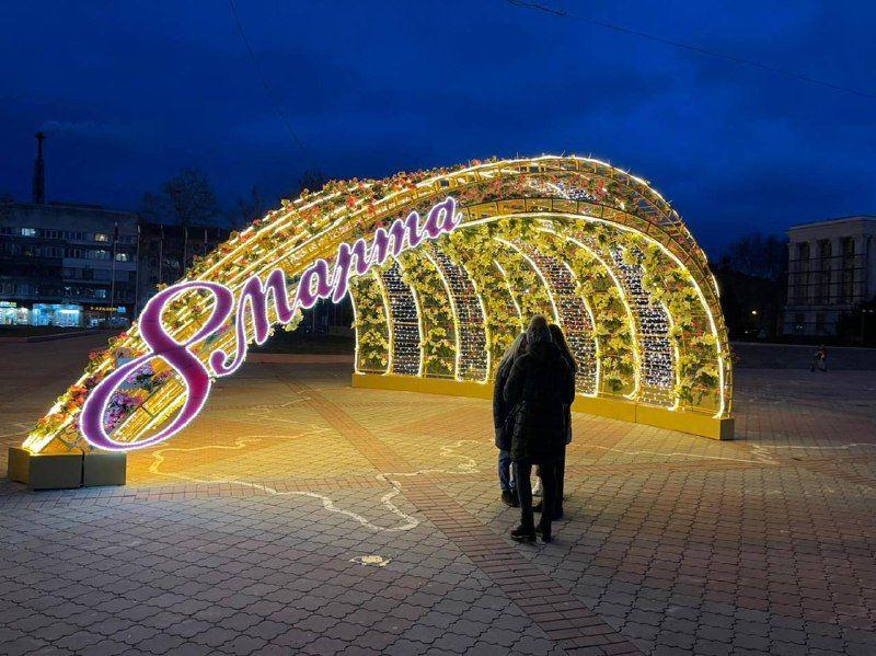 В Симферополе установили праздничную инсталляцию в честь 8 марта