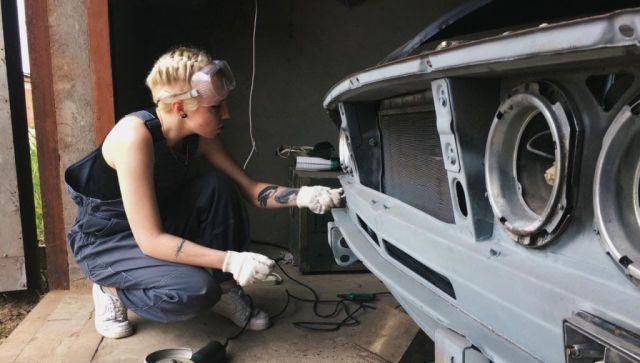 Не женское дело: блондинка из Подмосковья изготавливает автодетали