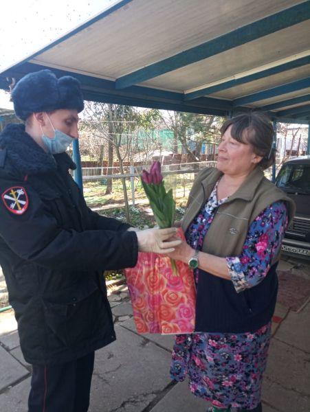 Полицейские в городах и районах Крыма поздравили жён и матерей погибших сотрудников органов внутренних дел с Международным женским днем