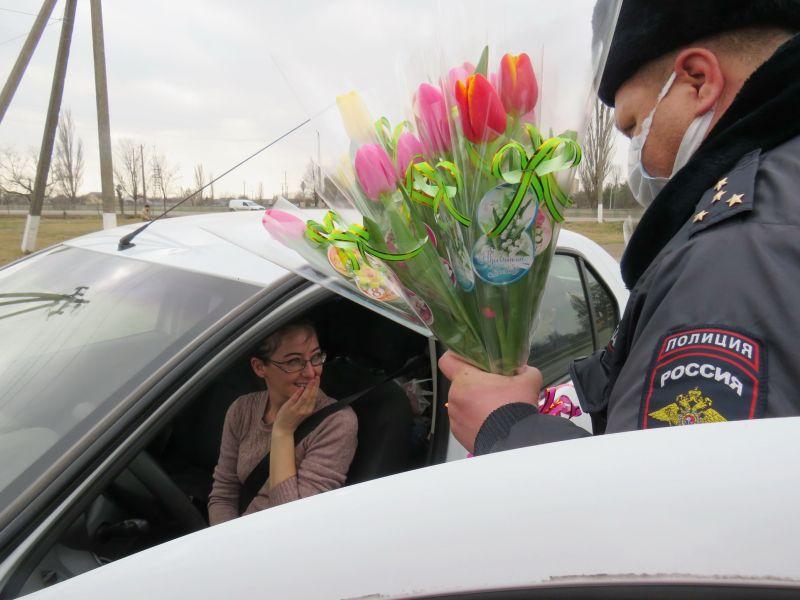 В Красноперекопске полицейские совместно с юными инспекторами движения и общественниками поддержали акцию «Цветы для автоледи»