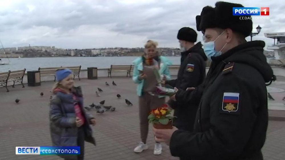 В Севастополе военнослужащие Черноморского флота поздравили женщин с 8 Марта