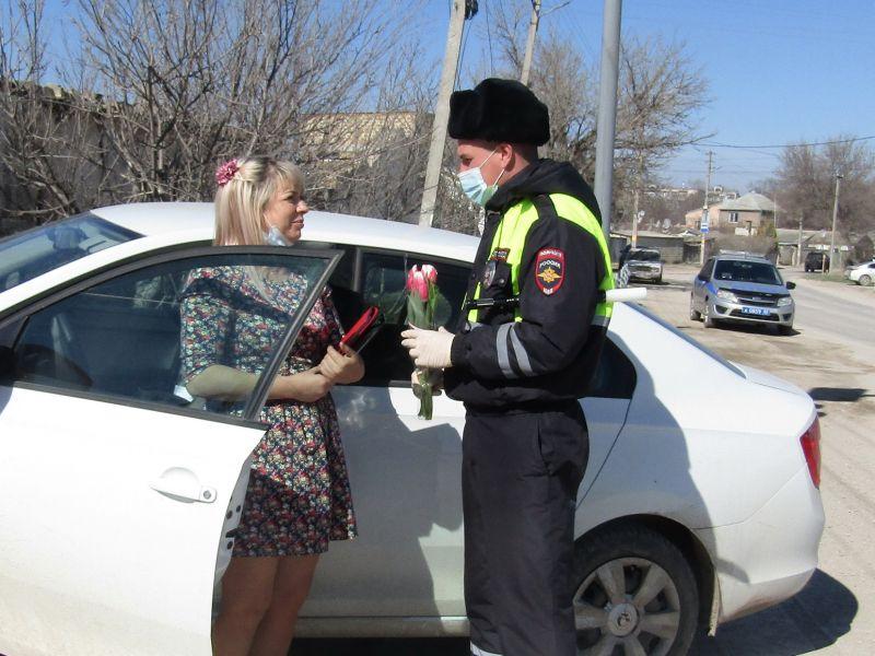 Сотрудники полиции Белогорского района поздравили женщин с наступающим праздником