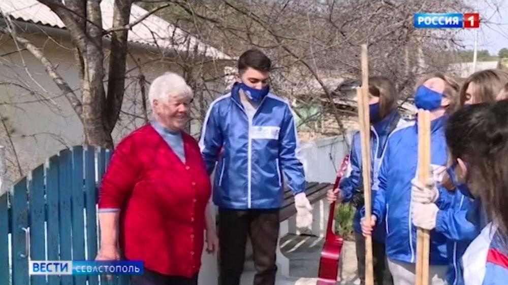 Севастопольские студенты помогают одиноким пенсионерам по хозяйству