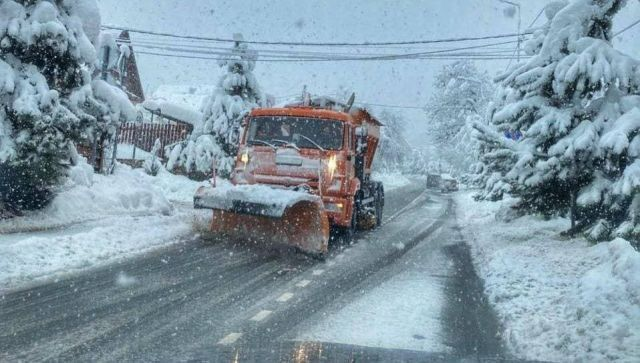Зима вернулась: снежная крупа засыпала перевал в Сочи