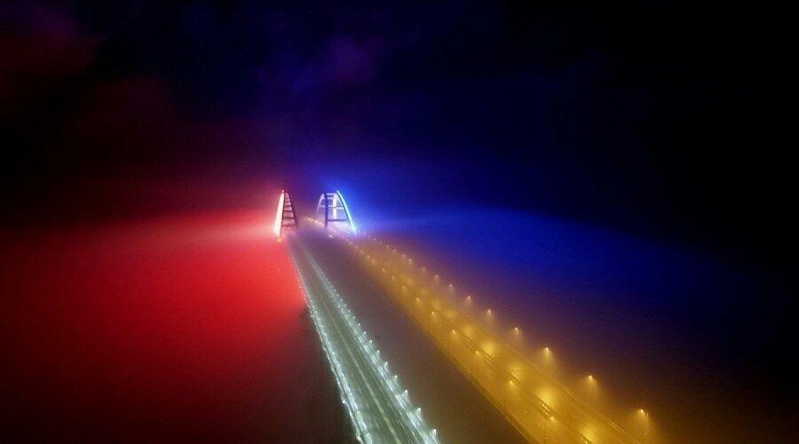 Обслуживающая железнодорожную часть Крымского моста компания оборудует на нем подсветку