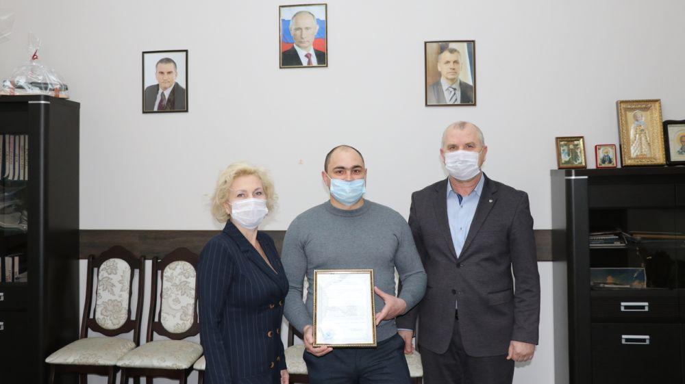 Молодая семья из Феодосии получила сертификат на приобретение жилья