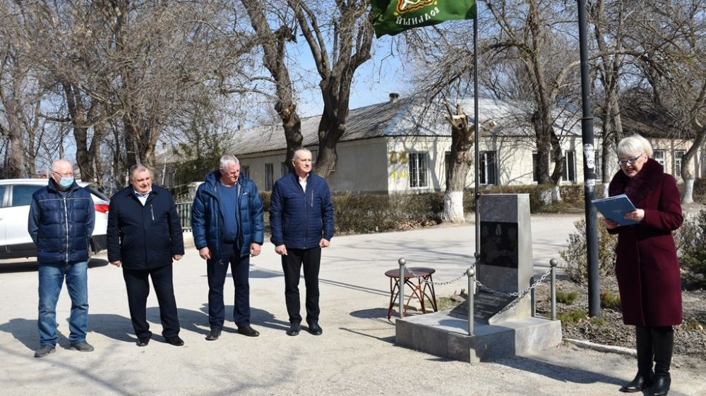 В посёлке Нижнегорский прошло торжественное собрание у памятного знака участникам Крымской весны