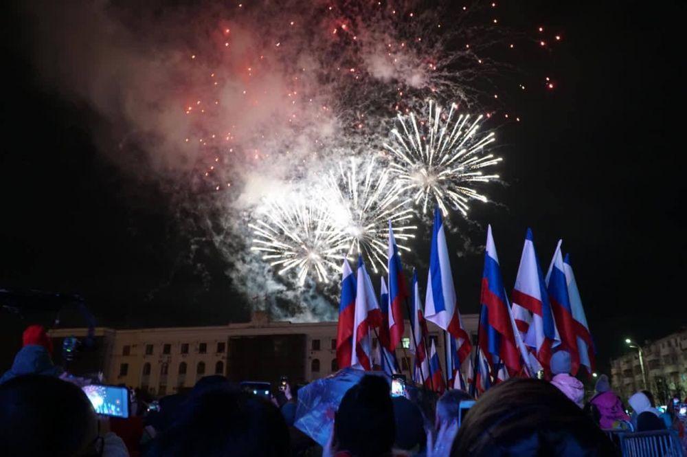 В Симферополе День воссоединения Крыма с Россией отметили праздничным концертом и салютом