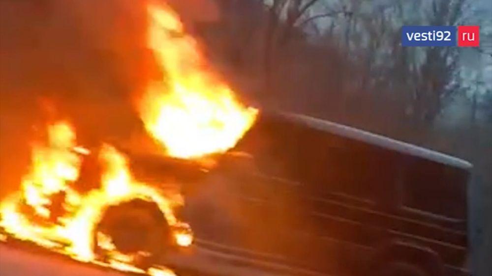 На Ангарском перевале в Крыму полностью сгорел внедорожник