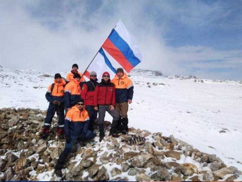 Добрая традиция: над горными вершинами в Крыму в честь праздника развеваются российские флаги