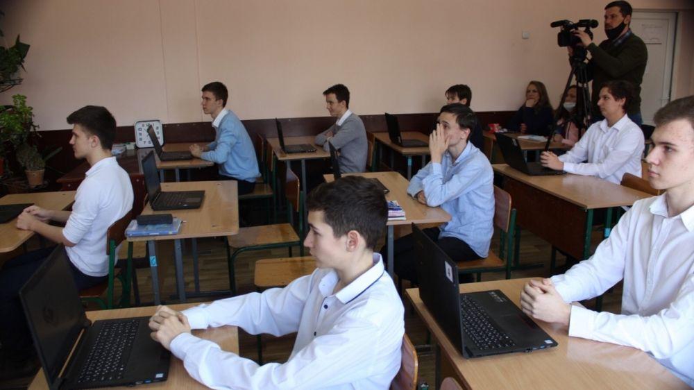 В Алуштинской школе прошел «Урок цифры»