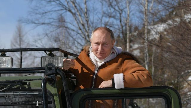 Как Путин прокатил Шойгу по тайге на вездеходе – видео