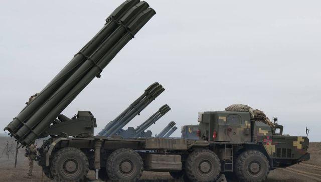 """Украина устроила стрельбу из """"Смерчей"""" у границы с Крымом"""