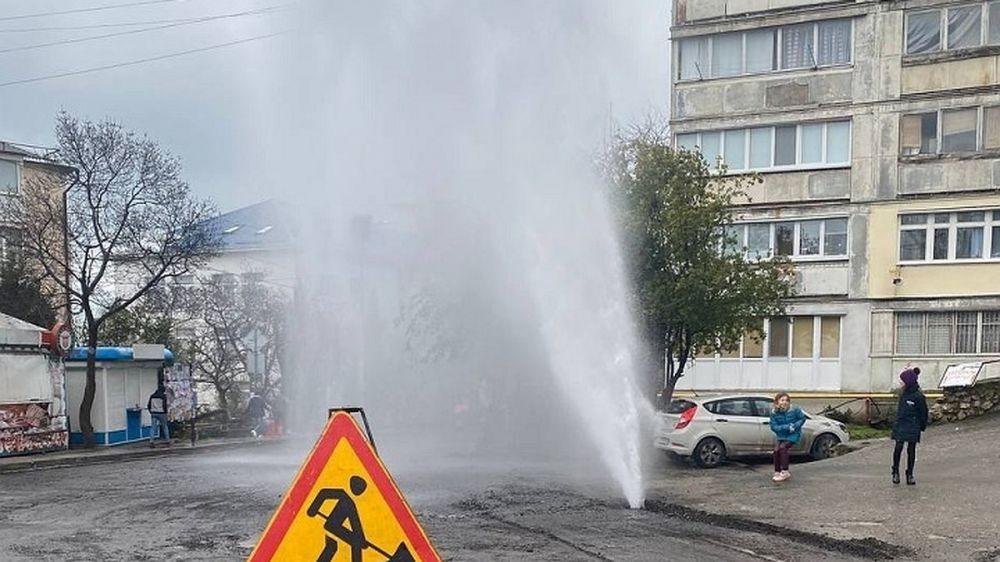 Ялтинский водоканал борется с фотаном из трубы, которую пробили дорожники
