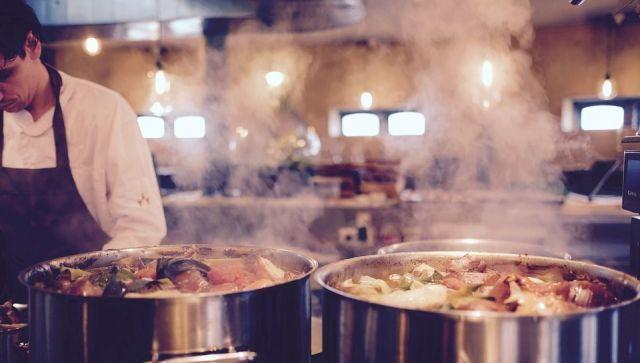 Как может навредить желудку ресторанная еда – врач