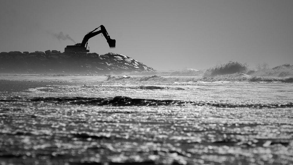 На пляже в Севастополе утонул экскаватор