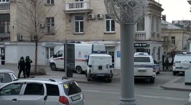 Силовики оцепили офис «Единой России» в Севастополе из-за сигнала о минировании