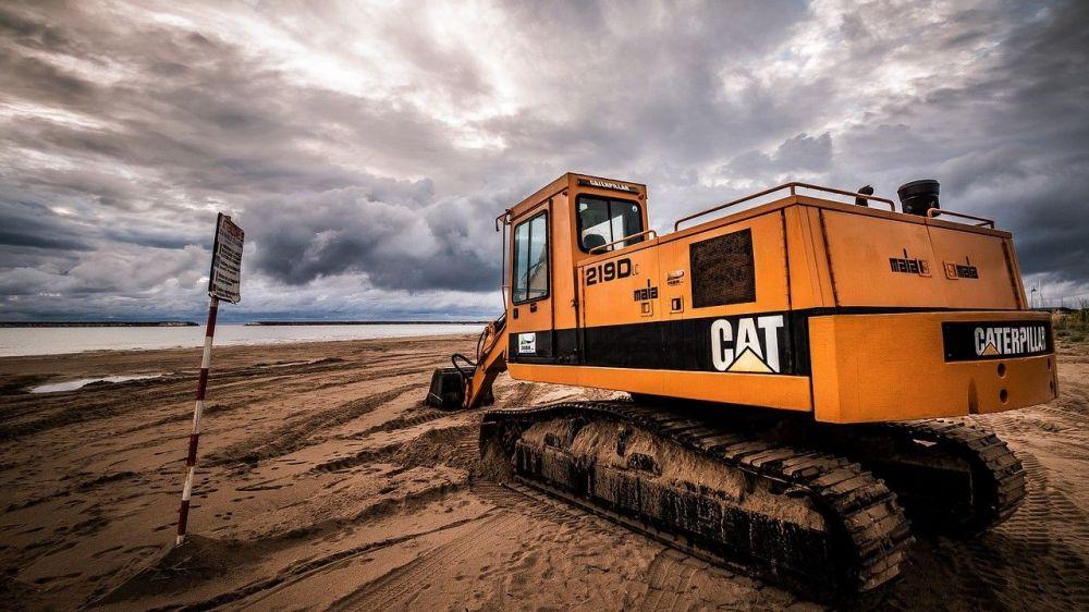 В Севастополе на пляже «Аквамарин» в море утонул трактор