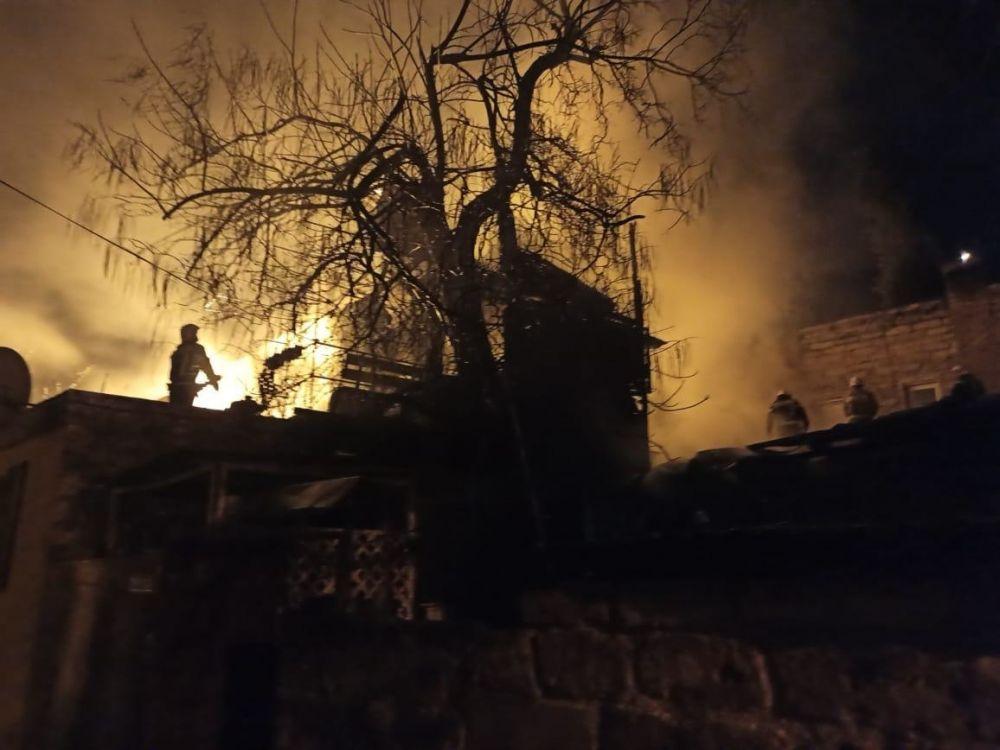 Ночью в Ялте сгорел жилой дом: 11 человек спасли