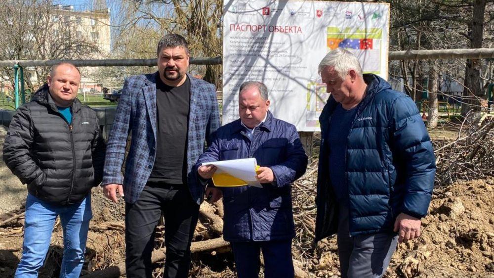 Мониторинг благоустройства дворовых и общественных территорий прошел в Нижнегорском и Советском районах