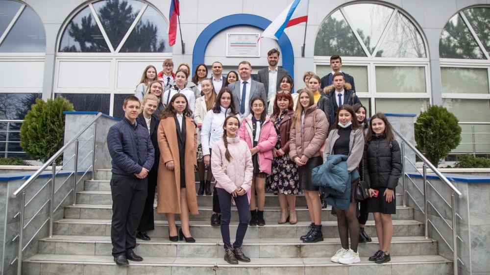 Михаил Афанасьев провел неформальную встречу с Крымской лигой активистов совета старшеклассников