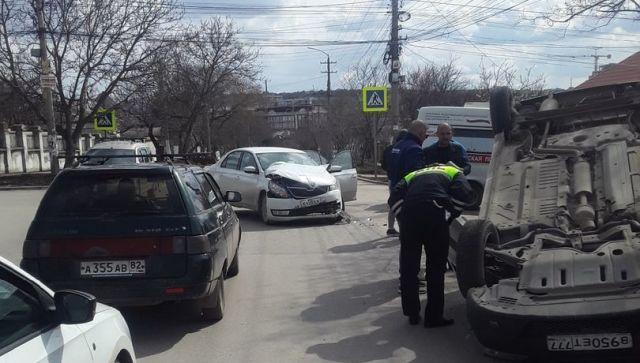 """ДТП в Симферополе: """"ВАЗ"""" от удара опрокинулся на крышу"""