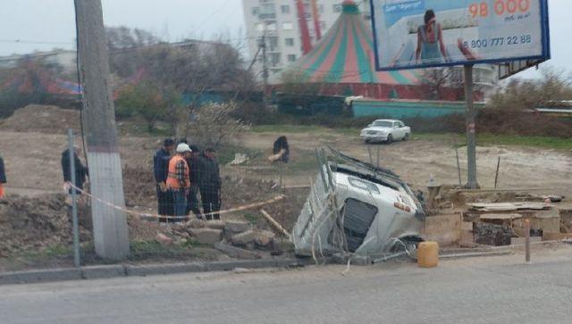 В Севастополе пьяный водитель микроавтобуса закончил поездку в яме