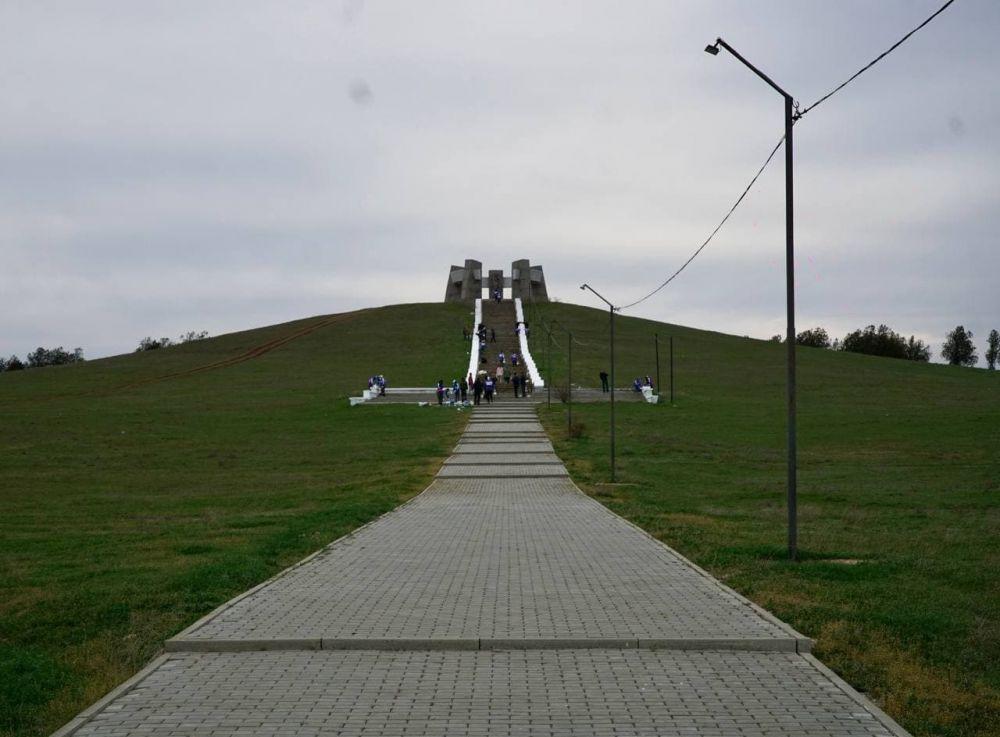 Место памяти: Волонтёры благоустраивают мемориальный комплекс «Братская могила Героев Советского Союза» в Сакском районе