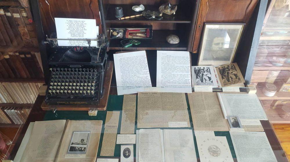 В мемориальной Мастерской Дома-музея Максимилиана Волошина действует экспозиция, посвященная 105-летию издания сборника стихов его авторства