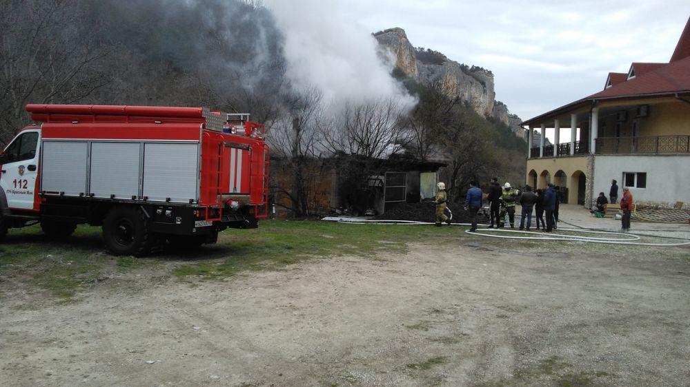 Крымские огнеборцы отстояли от огня лесной массив и гостиничный комплекс в Бахчисарайском районе