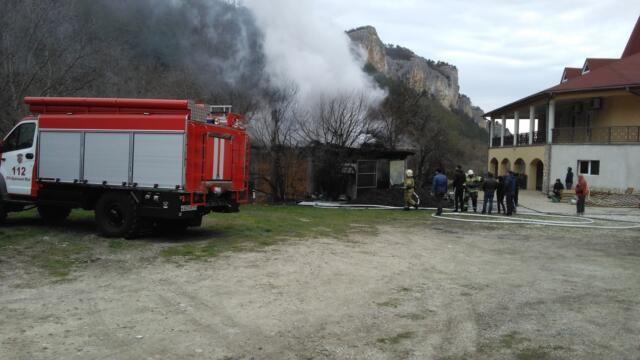 Крымские пожарные отстояли от огня лес и гостиницу под Мангупом