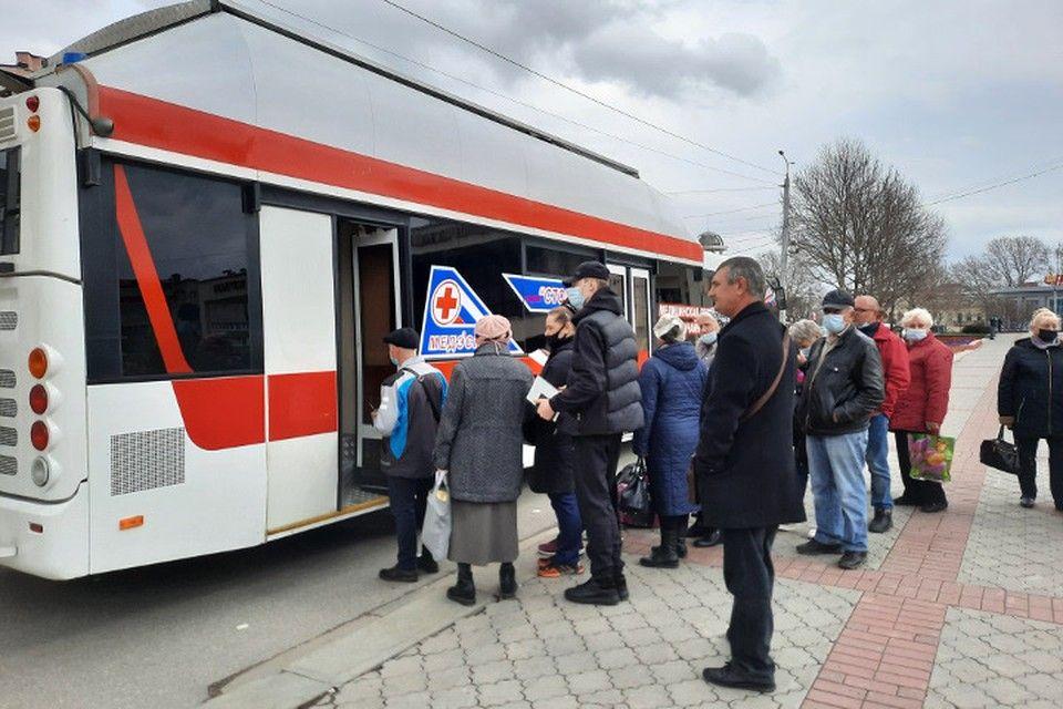Первый мобильный пункт вакцинации от коронавируса открылся в Симферополе