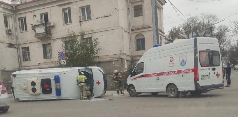 В Севастополе автомобиль «скорой помощи» перевернулся после столкновения с грузовиком
