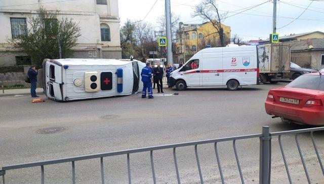 """В Севастополе """"скорая"""" столкнулась с грузовиком: есть пострадавший"""