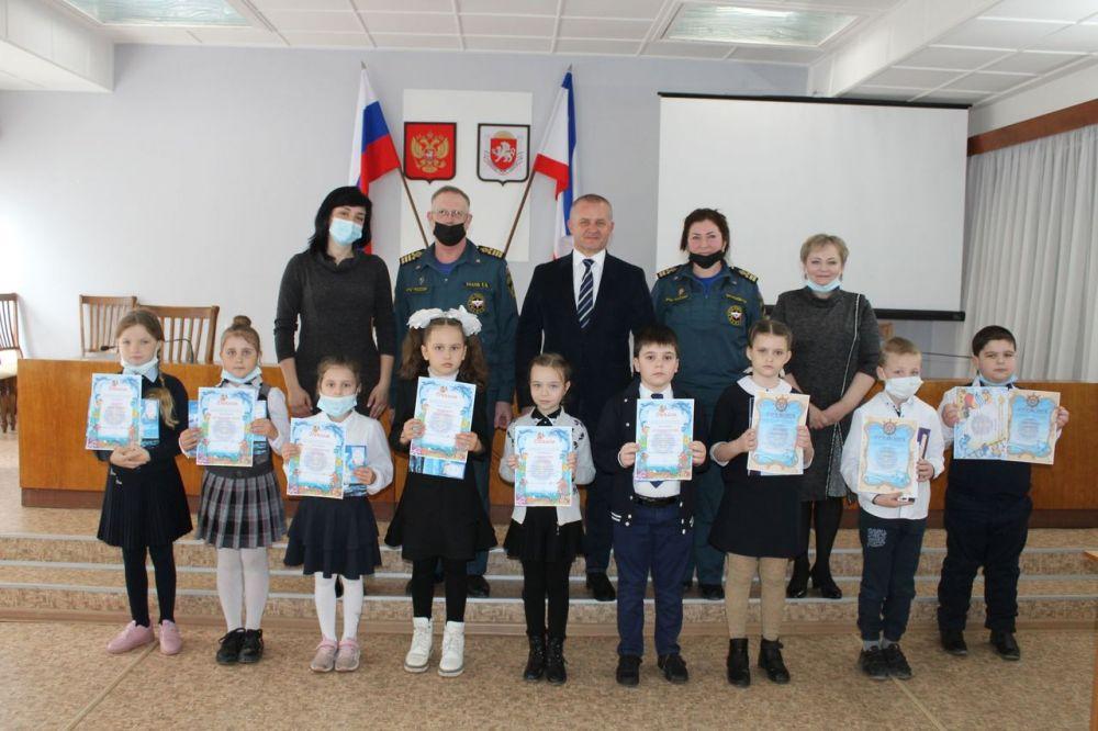 В Администрации Ленинского района состоялось награждение победителей Конкурса детского рисунка «Безопасное поведение на водных объектах»