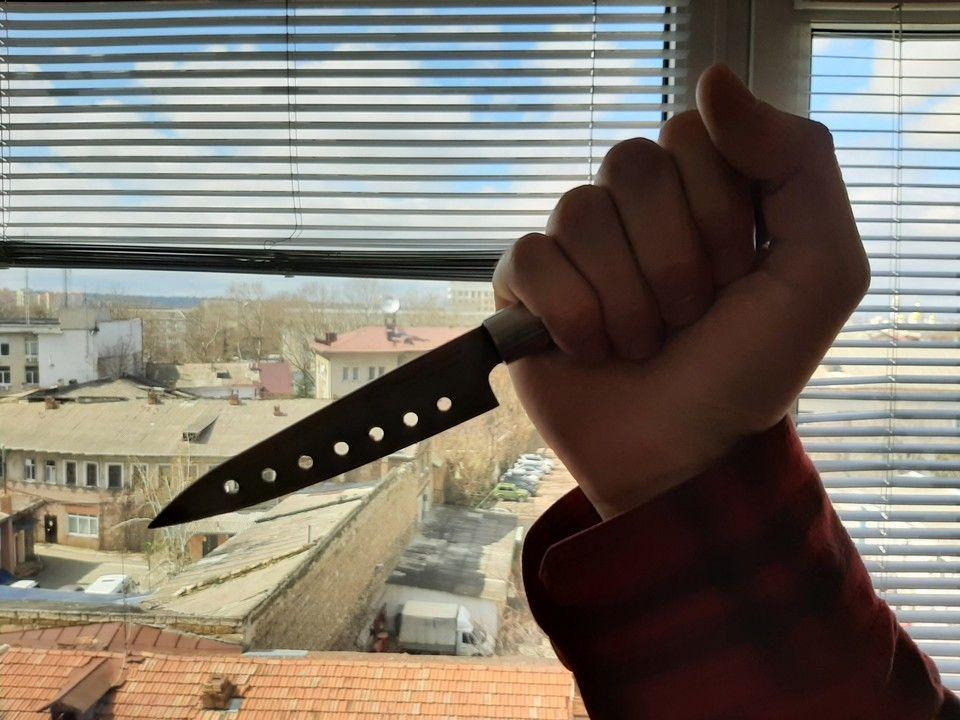 Жителя Крыма едва не убили ножом за отказ угостить сигаретой