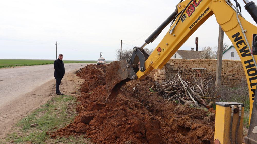 Михаил Слободяник проверил ход работ по капитальному ремонту водопроводной сети в сёлах Сакского района