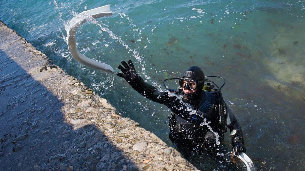 69 спасателей-водолазов исследуют дно крымских пляжей к грядущему курортному сезону