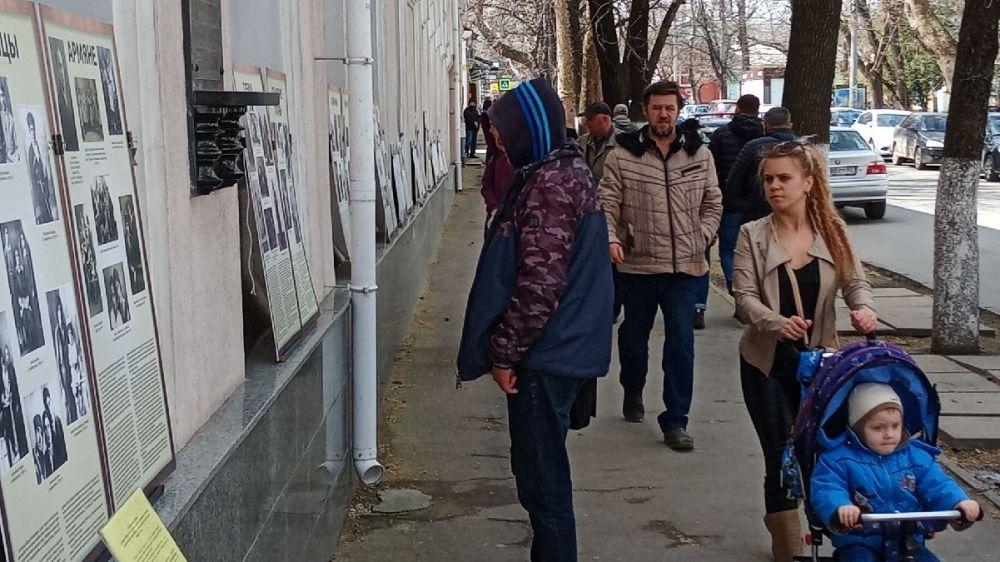 На фасаде Крымского этнографического музея представлена фотовыставка «Народы Крыма»