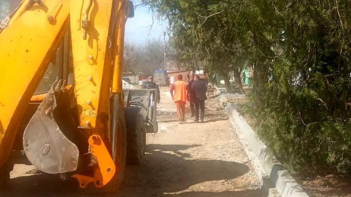 Администрация Раздольненского района держит на контроле ход работ на объектах благоустройства и капитального ремонта в посёлке Раздольное