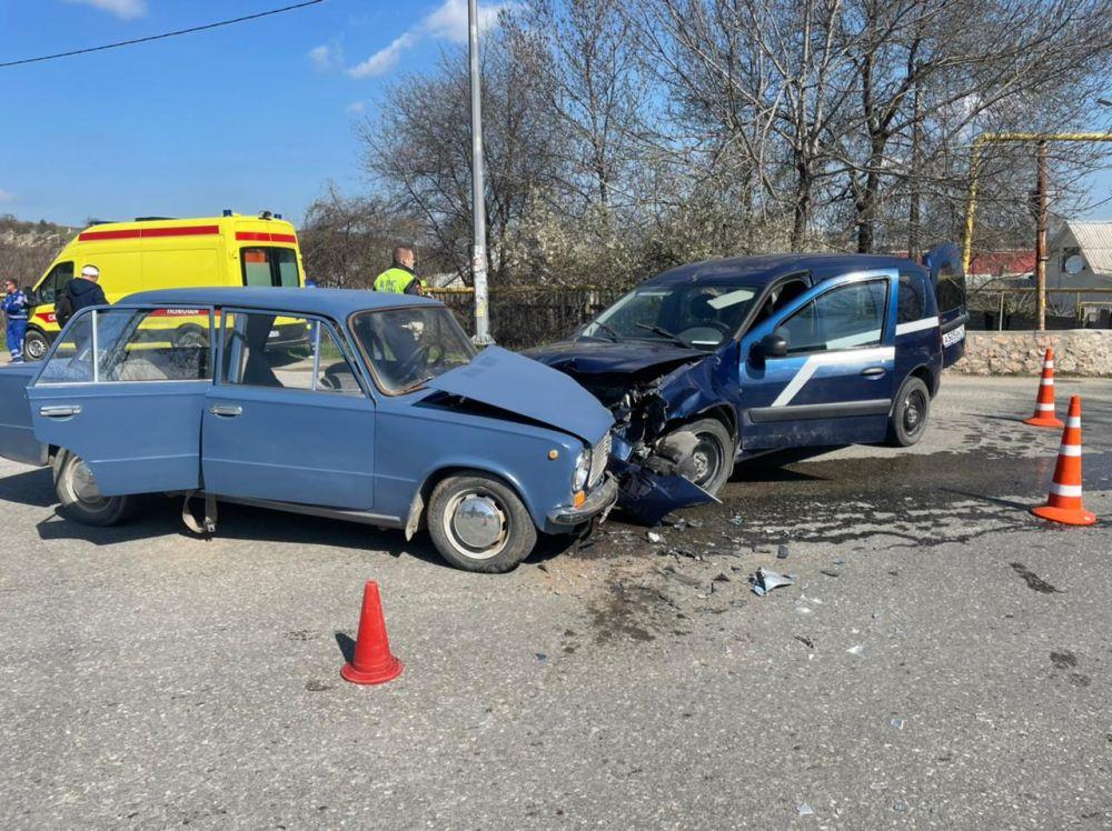 Под Севастополем столкнулись две легковушки: 7 человек пострадали, в том числе двое детей
