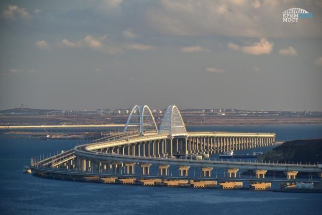 Отряд кораблей Каспийской флотилии прошел под Крымским мостом