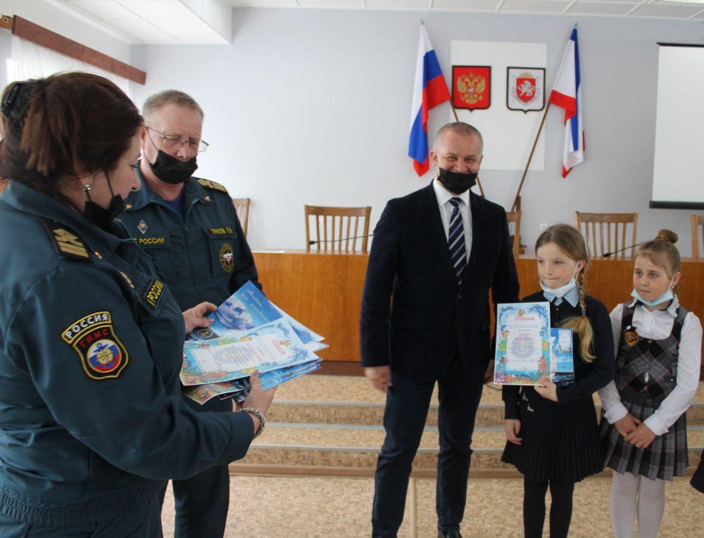 В крымских школах проходят уроки безопасности от инспекторов ГИМС